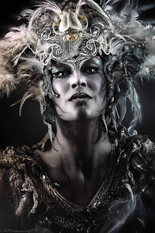 Portrait eine silbrigen, göttinenngleichen Frau mit aufwendigem Kopfschmuck in sibernen Tönen