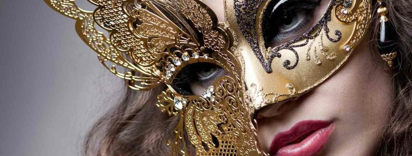 Schöne Frau mit goldener Schmetterlingsmaske und Beautymakeup