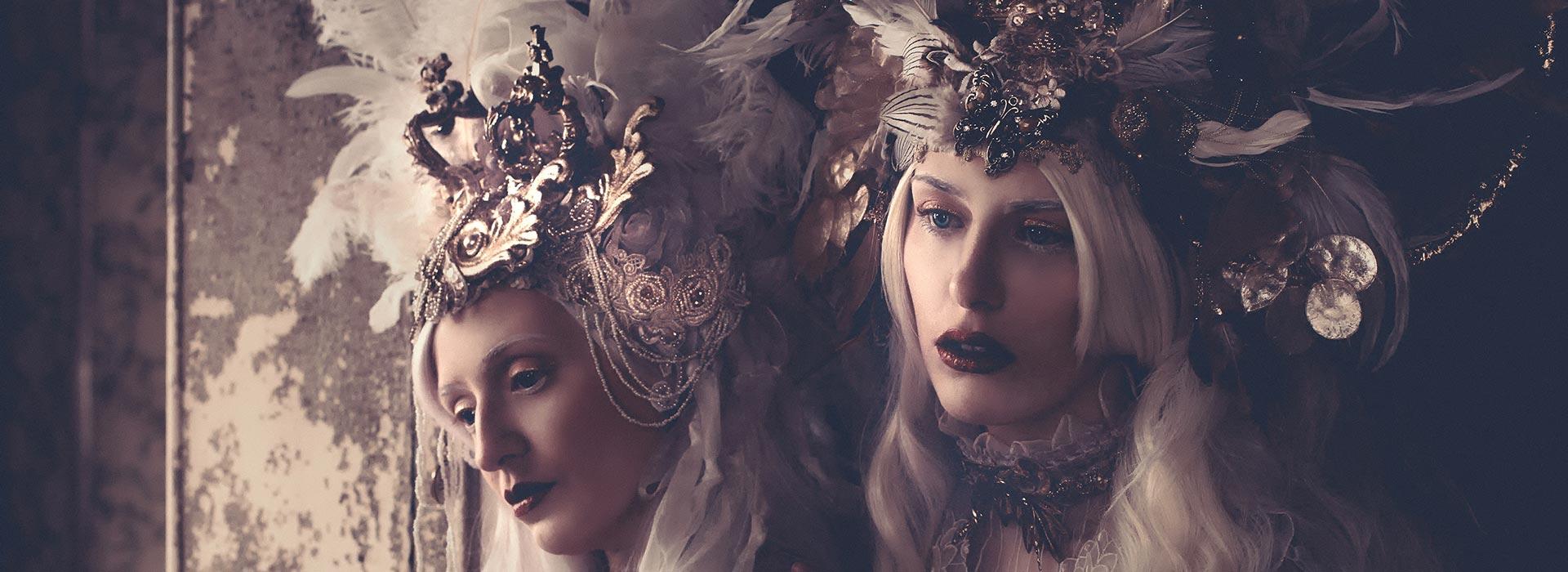 Zwei junge Frauen mit opulentem Kopfschmuck im Sepia-Vintage-Look