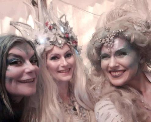 3 kunstvoll geschminkte Frauen strahlen in die Kamera
