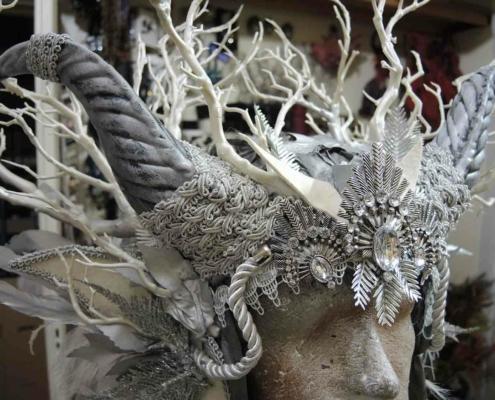 Kopfschmuck mit Hörnern und Zweigen in weiß und silber