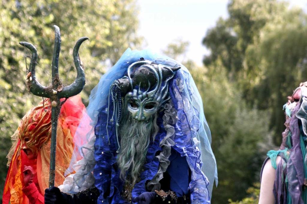 Wassermann-Figur - Venezianisches Kostüm und Maske in leuchtendem Blau