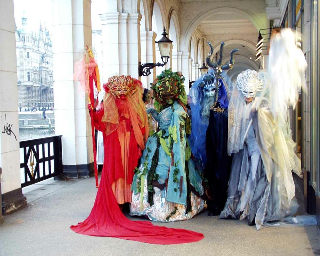 4 Künstler in phantastischen Kostümen stellen die Vier Elemente - Feuer, Wasser, Erde Luft dar.