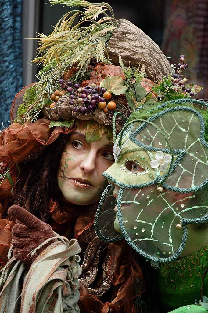Portrait von zwei jungen Künstlerinnen in feenartigen Masken und Gewändern